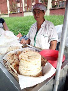 vendedora de arepas en receta de la arepa