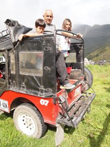Niños viajando en Willyz al Valle de Cocora