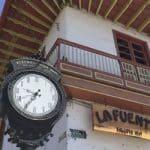 Reloj y tejado típico en Salento