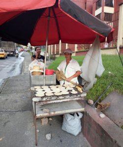 Puesto de arepas callejero en Armenia - Quindío