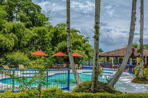 Reserva cerca del parque del cafe con Piscina - Hotel Mi Monaco